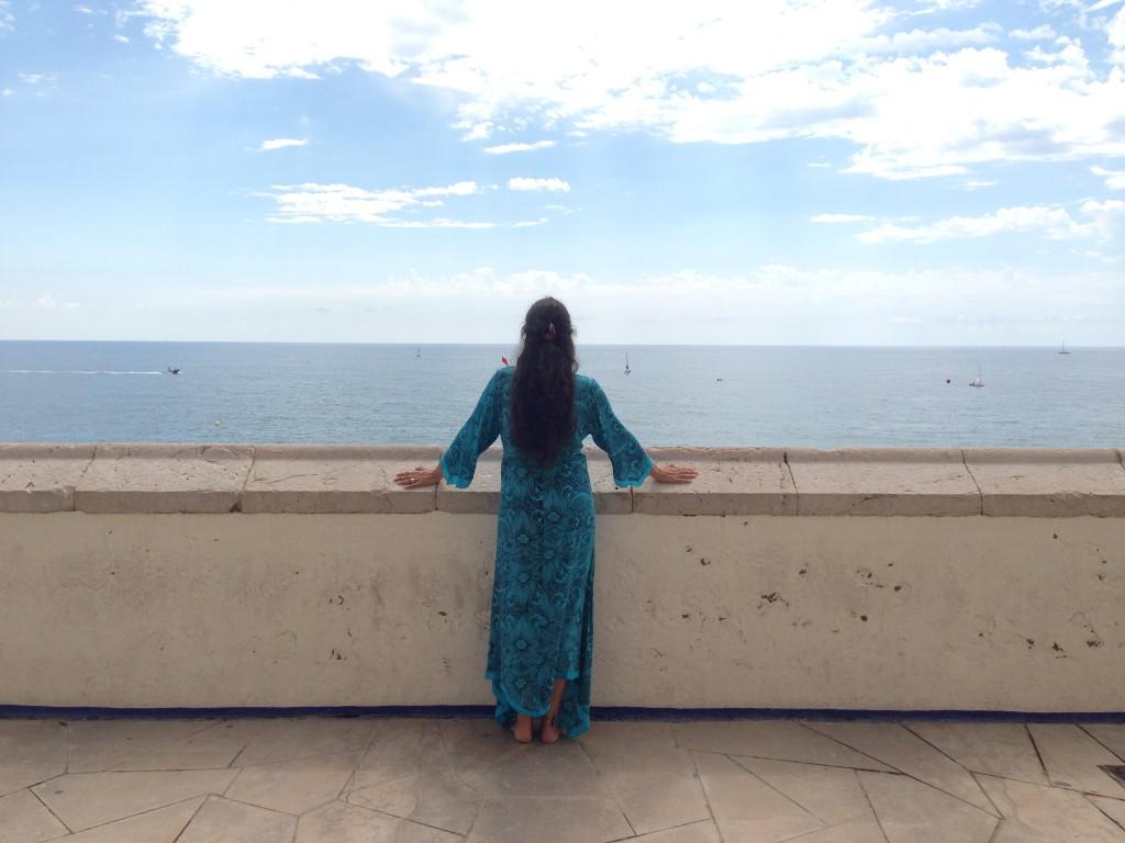 Clara mirant el mar