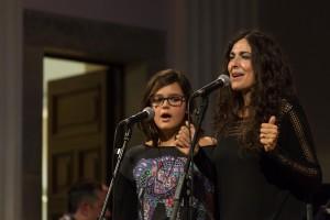 cantant La Mandra amb la Maria